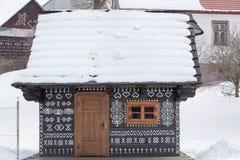 Cicmany,斯洛伐克 老木房子在斯洛伐克村庄Cicmany在冬天 从Cicmany的装饰品和斯洛伐克伙计发出答答声 免版税库存照片