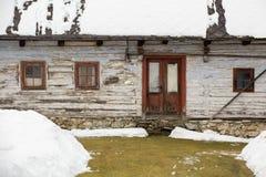 Cicmany,斯洛伐克 老木房子在斯洛伐克村庄Cicmany在冬天 从Cicmany的装饰品和斯洛伐克伙计发出答答声 库存照片
