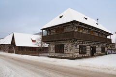 Cicmany - cottage di legno con i motivi del ricamo Fotografie Stock Libere da Diritti