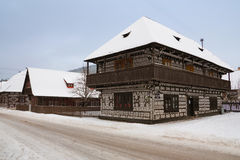 Cicmany - maison en bois avec des motifs de broderie Photos libres de droits