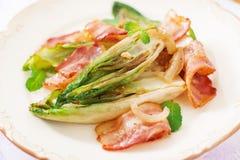 Cicoria al forno con bacon, cipolle Fotografia Stock Libera da Diritti