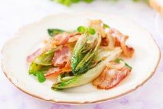 Cicoria al forno con bacon, cipolle Fotografia Stock