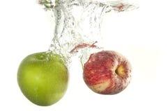 Cáida de los frutos de Apple en agua Foto de archivo libre de regalías