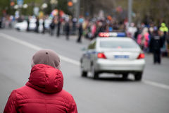 Cidadão e um carro de polícia Imagens de Stock Royalty Free