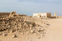 Cidade árabe velha antiga arruinada Al Jumail da perolização e da pesca, Catar O deserto na costa do Golfo Pérsico imagem de stock royalty free
