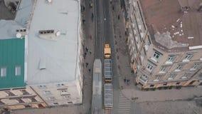 Cidade aérea Lviv, Ucrânia Cidade européia Passeios do bonde do turista abaixo do centro da cidade video estoque