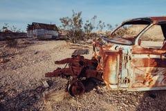 Cidade abandonada no deserto com carros oxidados e as casas destruídas Imagem de Stock