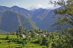 A cidade ajustou-se entre as montanhas Himalaias elevadas, Uttarkhand, Índia imagens de stock