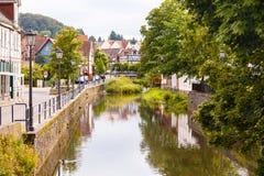 Cidade alemão histórica com um rio e construções do fachwerkhaus foto de stock