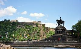 Cidade Alemanha 03 de Koblenz 05 os rios de canto alemães rhine do monumento 2011historic e o mosele fluem junto em um dia ensola Fotos de Stock Royalty Free