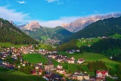 Cidade alpina de Selva di Val Gardena, Itália imagem de stock royalty free