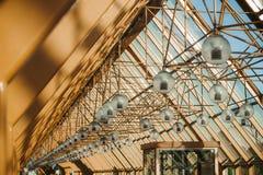 Cidade amarela de Moscou do cais da ponte foto de stock royalty free