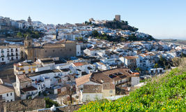 Cidade andaluza com igreja e castelo Martos foto de stock royalty free