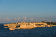 A cidade antiga da fortaleza de valletta no fim da tarde ilumina-se malta imagem de stock royalty free