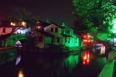Cidade antiga da ponte dobro de Zhouzhuang na noite Foto de Stock Royalty Free