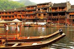 Cidade antiga de Fenghuang, como uma cidade histórica e cultural nacional, o primeiro grupo de condados fortes do turista em Chin fotos de stock