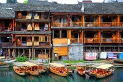 Cidade antiga de Fenghuang, como uma cidade histórica e cultural nacional, o primeiro grupo de condados fortes do turista em Chin imagens de stock