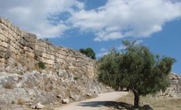 A cidade antiga de Mycenae na península Peloponnese Greece 06 19 2014 Paisagem das ruínas do architectu do grego clássico Fotografia de Stock
