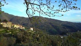 Cidade antiga de Perinaldo alta nos cumes no oeste de Itália filme