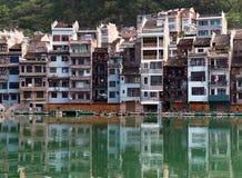 Cidade antiga de Zhenyuan no rio de Wuyang na província de Guizhou, China Foto de Stock
