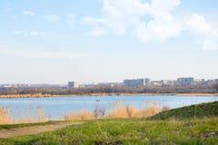 Cidade após o lago Fotos de Stock Royalty Free