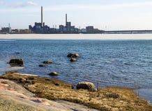 Cidade atrás do oceano Fotografia de Stock Royalty Free