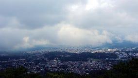 Cidade através das nuvens fotos de stock royalty free