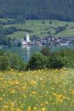 Cidade austríaca pequena pelo lago de Wolfgangsee Fotos de Stock