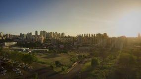 Cidade - avenida e construção na cidade de Ribeirao Preto - Sao Paulo - Brasil Imagem de Stock Royalty Free