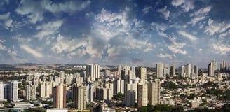 Cidade - avenida e construção na cidade de Ribeirao Preto - Sao Paulo - Brasil Fotografia de Stock