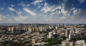 Cidade - avenida e construção na cidade de Ribeirao Preto - Sao Paulo - Brasil Foto de Stock