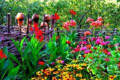 Cidade Baturin Camas de flor perto da construção fotos de stock royalty free