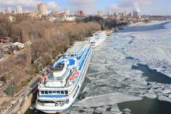 Cidade bonita do inverno, com os grandes navios no cais do rio com imagem de stock royalty free