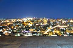 A cidade borrada disparou em mostrar a grade elétrica e o grande planni urbano fotos de stock
