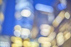 A cidade borrada ilumina-se na noite, fundo abstrato Fotos de Stock Royalty Free