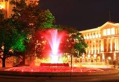 Cidade Bulgária de Sófia da noite da fonte das luzes vermelhas Fotografia de Stock
