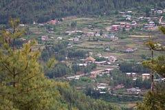 Cidade butanesa em um vale imagem de stock royalty free