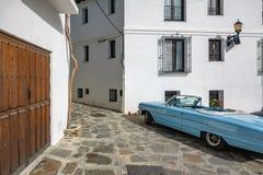 Cidade, casas e carro tradicionais Fotos de Stock