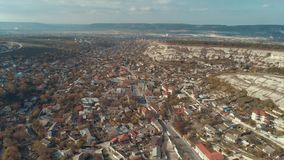 Cidade cercada pelos montes rochosos tiro Ideia aérea da paisagem urbana bonita perto das montanhas video estoque
