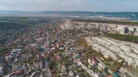 Cidade cercada pelos montes rochosos tiro Ideia aérea da paisagem urbana bonita perto das montanhas vídeos de arquivo