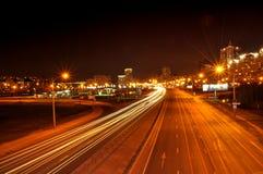 Cidade clara da noite do carro dos faróis Fotos de Stock Royalty Free
