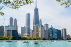 Cidade com lago azul Fotografia de Stock Royalty Free