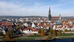 Cidade com rio e catedral Foto de Stock