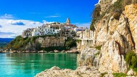 Cidade costeira bonita Vieste em Puglia Férias de verão italianas fotos de stock