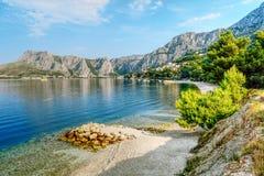 A cidade costeira de Omis cercou com as montanhas na Croácia fotografia de stock royalty free