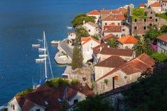 Cidade costeira Perast do mar de adriático, baía de Kotor fotos de stock royalty free