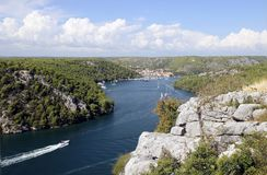 Cidade croata pequena de Skradin no rio de Krka, costa Dalmatian Fotos de Stock Royalty Free