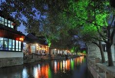 Cidade da água de Zhouzhuang em China na noite imagens de stock