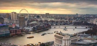 Cidade da ária de Londres, de negócio e de operação bancária O panorama de Londres no grupo do sol imagens de stock royalty free