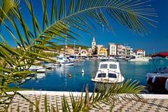 Cidade da costa idílico e da arquitetura de Pirovac fotos de stock